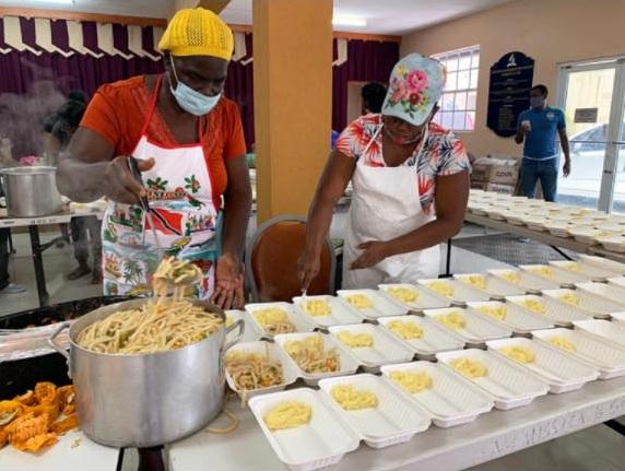 La Iglesia Adventista de San Vicente comienza a alimentar a cientos de desplazados mientras el volcán sigue en erupción