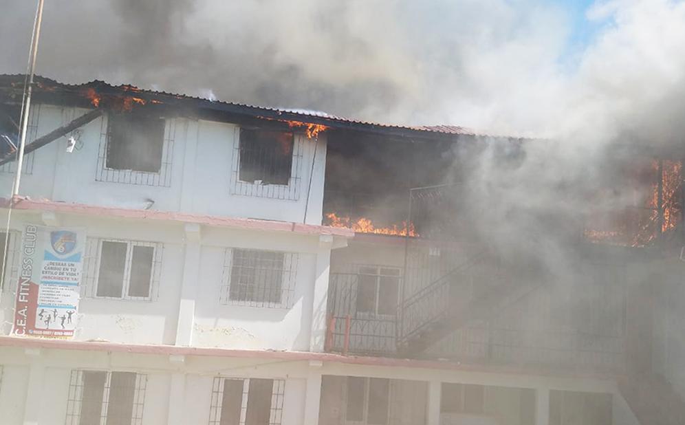 Fuego arrasa escuela Adventista en Honduras.